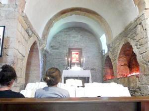 Inneres der Kirche von O Cebreiro
