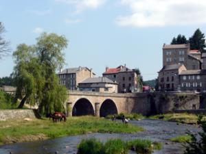 Roma mit Pferden im Fluss Lignon